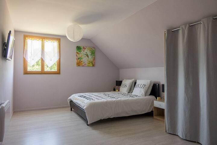 Chambre 3 situé à l'étage,  2 couchages lit king-size (160x200) matelas à mémoire de forme avec Télévision dans la chambre et grand dressing, tables & lampes de chevet, avec vues sur le grand jardin clos