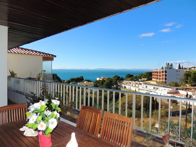 2 bedroom apartment with terrace overlooking the sea at 280m from the beach.