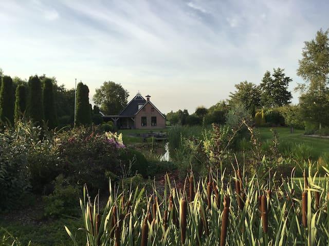 Rust & Ruimte in prachtige woonboederij Friesland