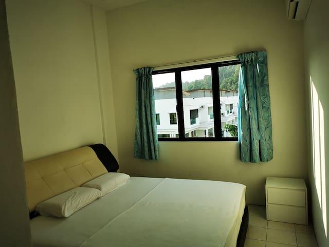 Master room: One queen bed