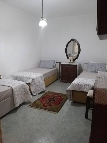 2. yatak odası. 3 adet tek kişilik yatak mevcuttur.