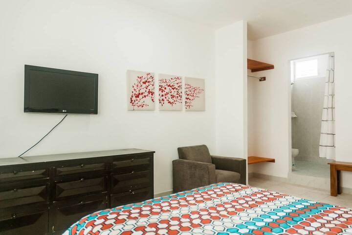 Cuarto privado y cómodo, cama King, TV e internet