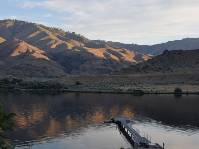 Play on Lake Entiat with Private Dock & Shoreline