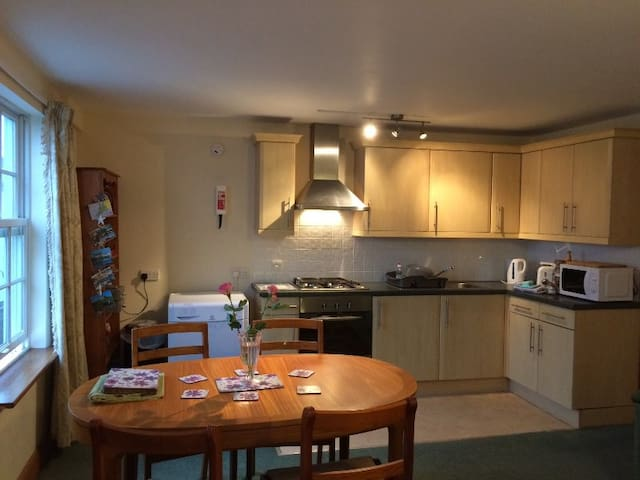 Living area: dining table for 4 (can be extended to 6, additional chairs in bedrooms) and fully equipped kitchen.