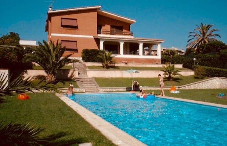 Villa on the beach near Rome/Villa sul mare Roma