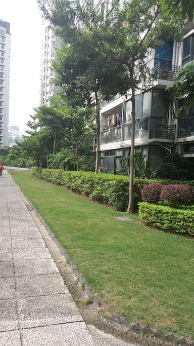 房子门外的健身跑道,及绿化