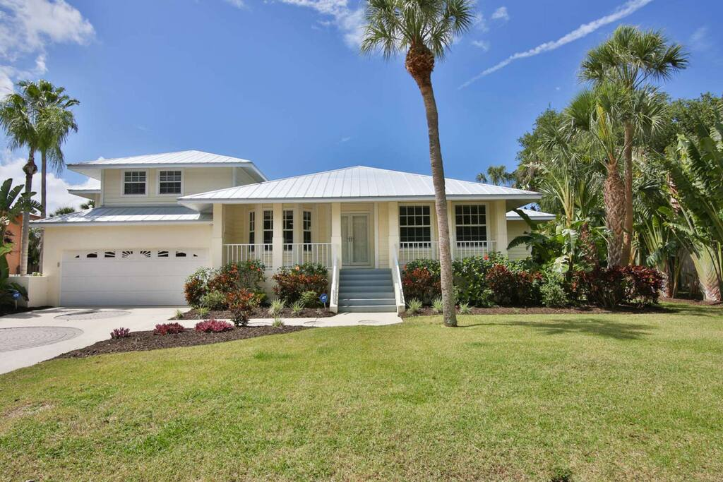 Stunning Glebe Park area home on Siesta Key.  Make this your vacation dream home!