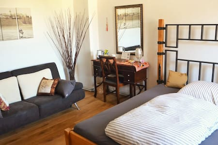Big Bright Room Near S-Bahn (Train) - Monaco - Bed & Breakfast