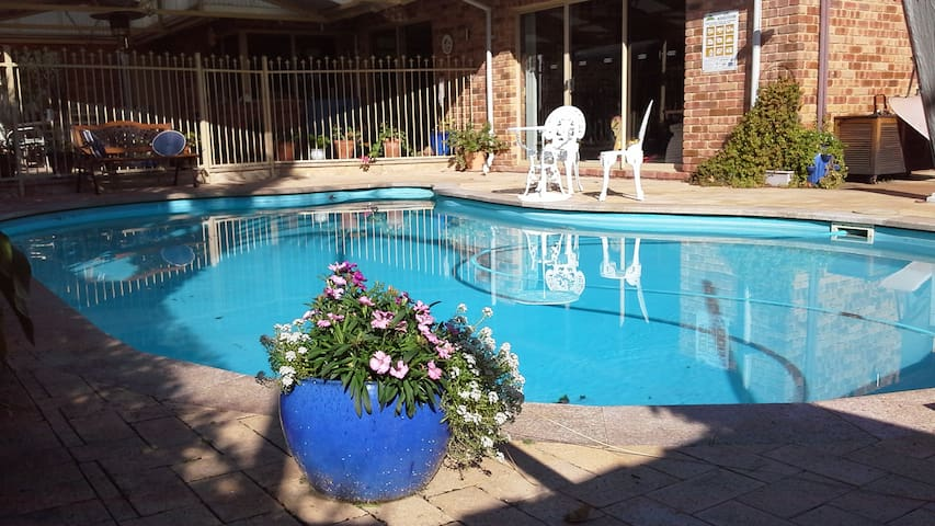 Furnished double room with built in robe. - Willetton - Bed & Breakfast