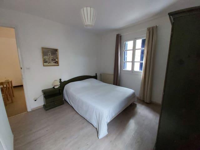 Chambre parentale avec lit 140.