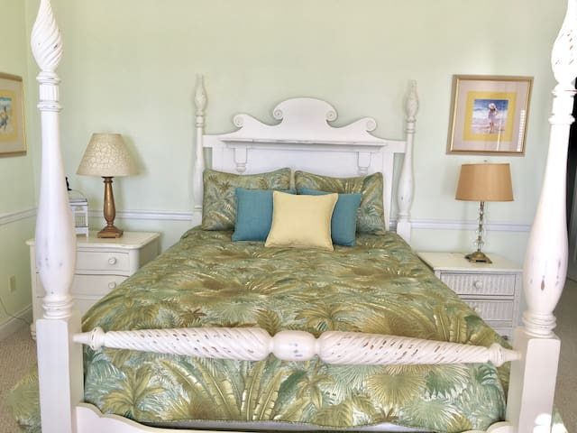 This is a dream guest bedroom with Tv and free WiFi  and has very high quality queen mattress set. It has a nice closet as well as jack jill bath. Just Imagine.