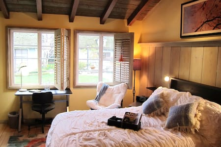 Private Tranquil Sherwood Forest Guest Quarters - Los Angeles - Bed & Breakfast