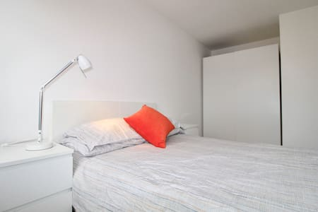 YOUR BRIGHT ROOM IN CENTRAL LONDON - Londen - Huis