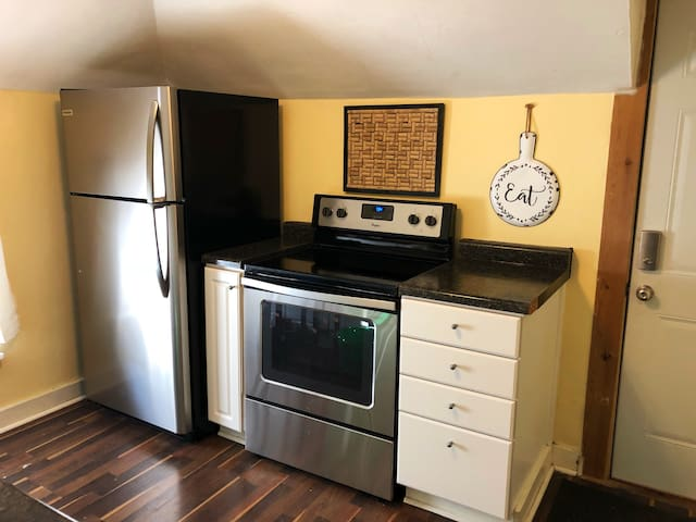 5 blocks from Mayo, Adorable Upper Unit