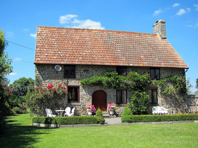 Beautiful stone farmhouse with private pool - Isigny-le-Buat - Vacation home
