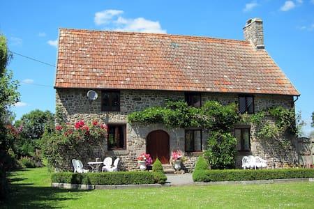 Beautiful stone farmhouse with private pool - Isigny-le-Buat - Ferienunterkunft