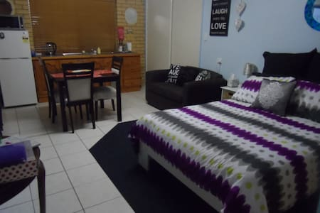 Cosy bedsit free wifi and parking. - Geebung - Daire
