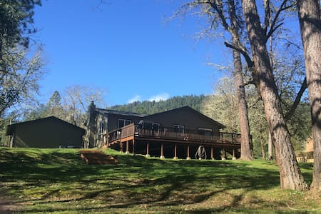 Peaceful Rogue Riverfront Home on 3 - 格兰茨帕斯(Grants Pass)