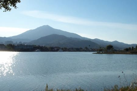 Beautiful condo on the water looking at Mount Tam - 拉克斯珀(Larkspur) - 公寓