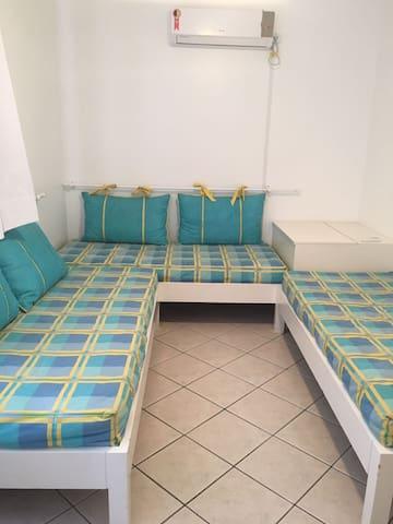 quarto com 3 camas