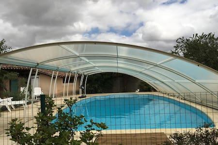 Grande maison avec piscine et jardin arboré