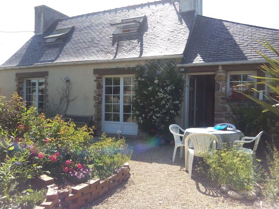 entrée maison / terrasse ensoleillée matin - après midi
