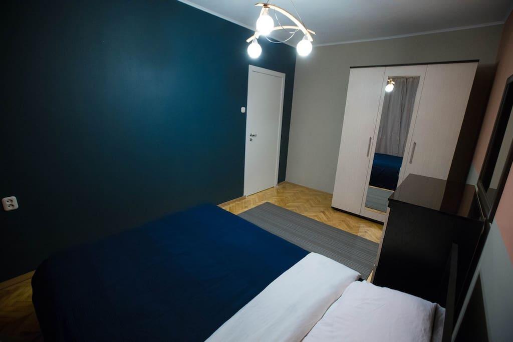 Спальня с большим шкафом и комодом