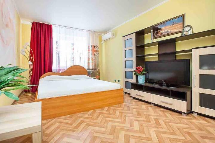 Уютная солнечная чистая однокомнатная квартира с джакузи.... для гостей города, командировочных, семьи ... прекрасные апартаменты для вас!!!! Тихий дворик, удачное расположение, во дворе прекрасная детская площадка, рядом магазины, рынок, больница и отлич