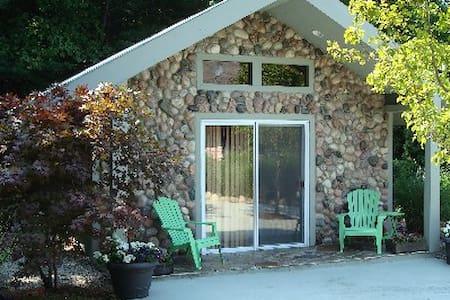 Leelanau Stone Cottage At Eagle's Nest