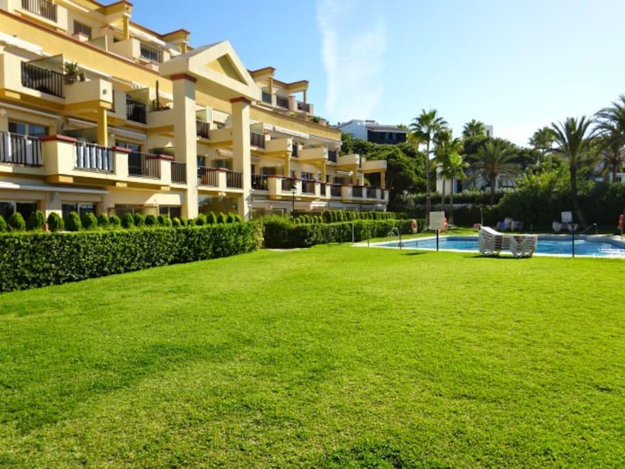 Exterior-Jardín y piscina con acceso a la playa
