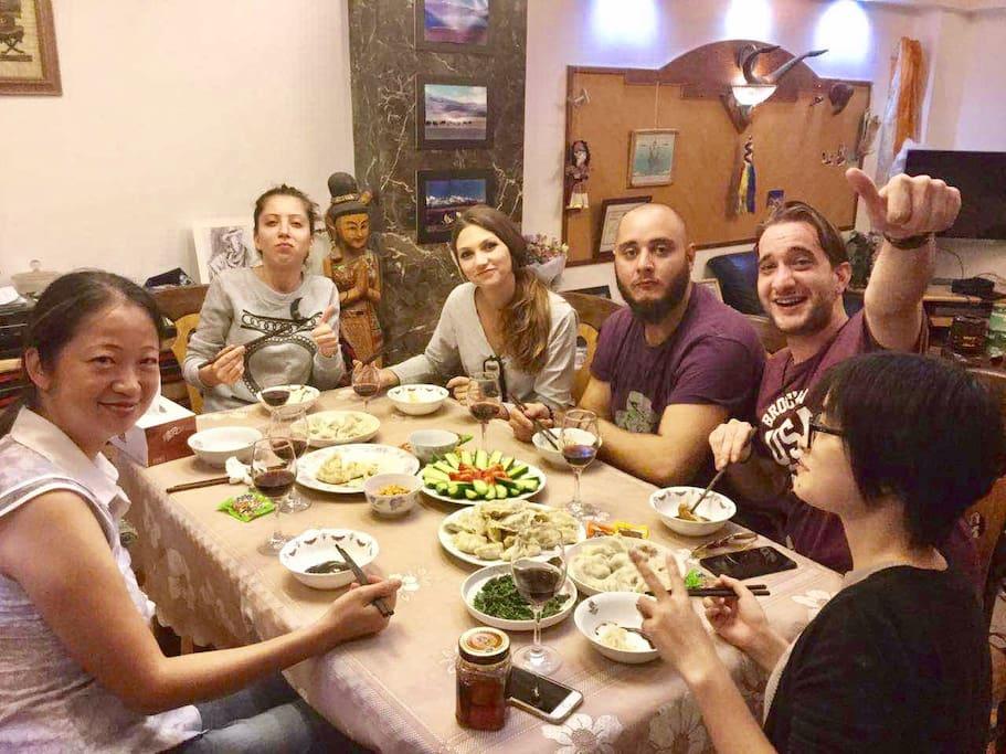 房客们和他们的朋友们,在一层大餐厅聚餐,包饺子喽!