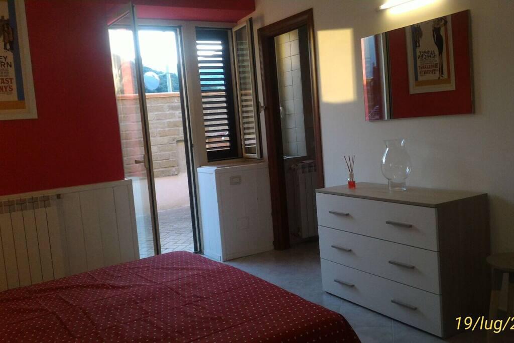 La camera patronale è munita di aria condizionata , spazio esterno indipendente , un bagno privato ed una cabina armadio