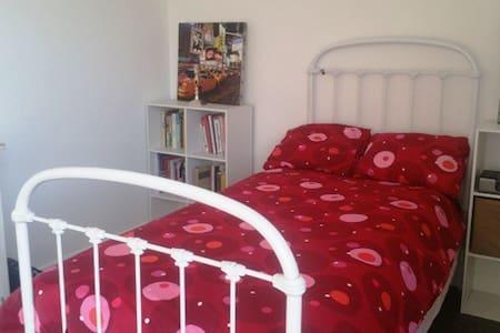 Jolie chambre ds belle maison - Saint-Didier-au-Mont-d'Or