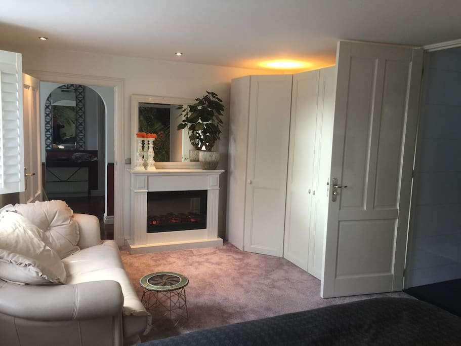 A cozy fireplace and a leather couch make this room 'gezellig' as we Dutch say!