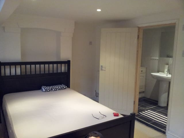 Double en-suite bedroom in private house - Northampton - Casa