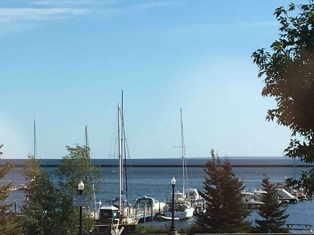 Watermarq1-3bdrm Luxury Condo 50yds to Lk Superior