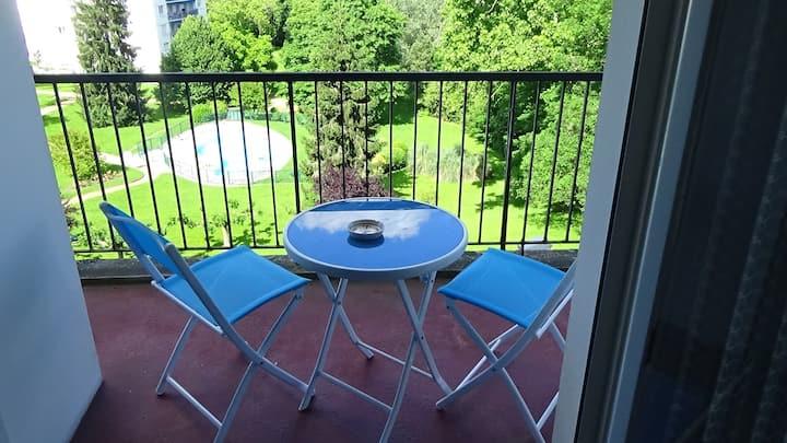chambre avec balcon et piscine