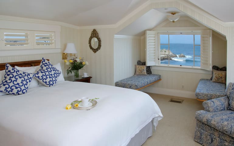 Oceanfront Rocky Shores Room at Seven Gables Inn - Pacific Grove - Bed & Breakfast