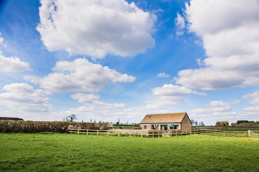 Poppy Barn with stunning countryside views