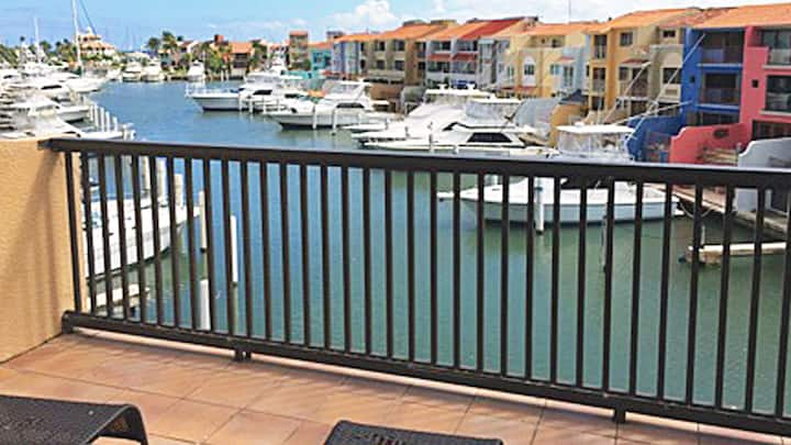 hsAffordable Luxury Villa Directly on the Harbor