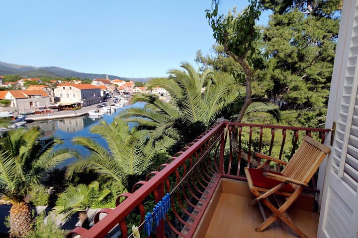 Studio flat with balcony and sea view Vrboska, Hvar (AS-540-a)