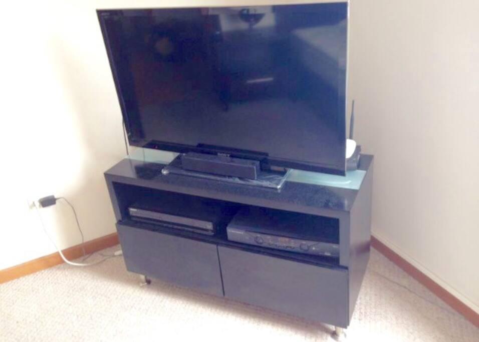 Televisor de ultima tecnologia con cine en casa.