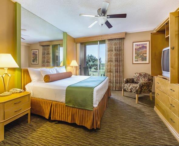 Cozy Studio, sleeps 4! Palm Springs Plaza Resort