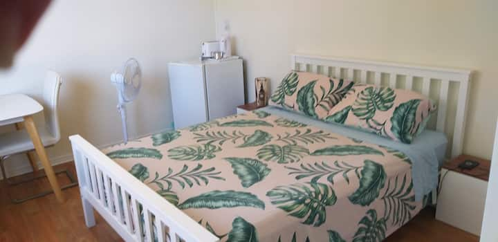 Comfortable large queen room (near train)