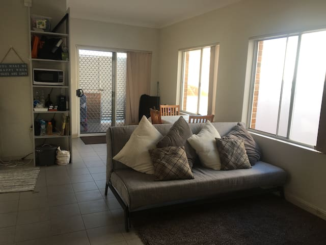 Private room w/street parking, convenient location - Leichhardt - Casa adossada