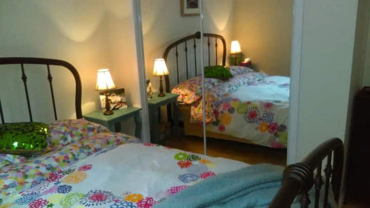 Grande chambre privee confortable et intime.