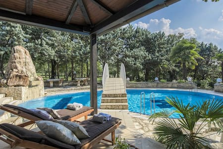 Pure luxury - 5* Villa - with private TENNIS COURT
