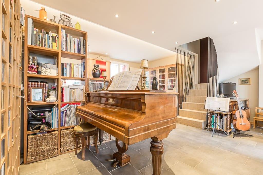 Maison de musiciens, le piano est au centre de la pièce de vie.