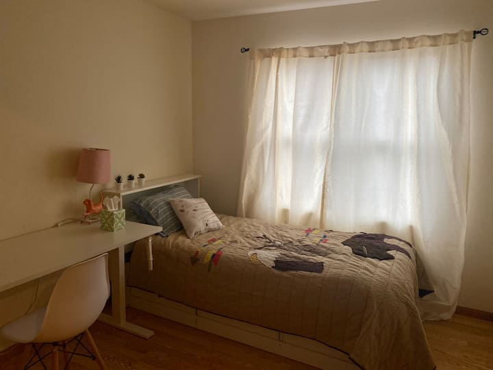 Single bed w/ shared bathrooms close to downtown