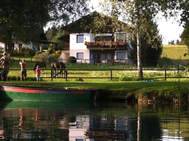 Badeplatz Fluss mit der Ferienwohnung im Hintergrund